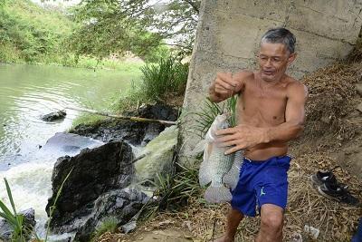 Pescan en descargas de aguas contaminadas
