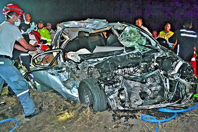 Custodios mueren en un choque con un camión