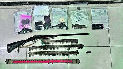 Policía preso por armas