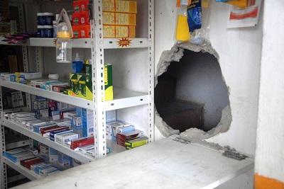 Delincuentes rompen la pared de una farmacia en El Carmen