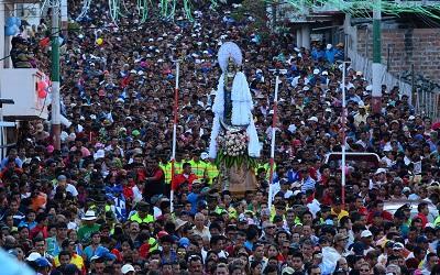 Miles de feligreses participaron en la procesión en honor a la Virgen de Monserrate
