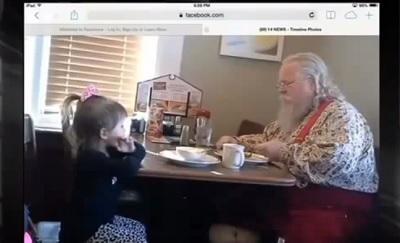 Niña de 3 años se sienta a desayunar con 'Papá Noél'