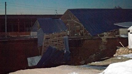 Un agujero de 50 metros de diámetro se traga varias casas en los Urales