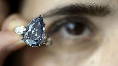 Diamante azul es subastado en un precio récord de $32,6 millones