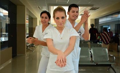Enfermeros de Santo Domingo enseñan a lavar las manos con mucho ritmo