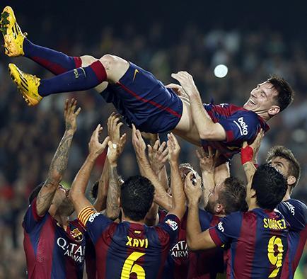 Messi marca tres tantos y rompe récord de goleo