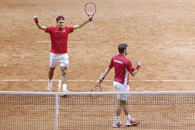 Suiza triunfa en dobles y está a un punto de ganar