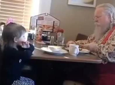 """Niña se encuentra con """"Papá Noél"""""""