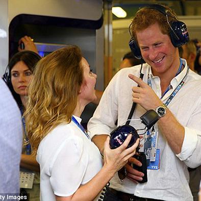 Príncipe se muestra sonriente con geri halliwell