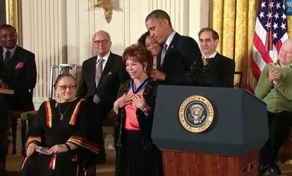 Obama impone a Isabel Allende la Medalla de la Libertad de Estados Unidos