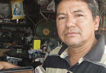 20 años arreglando radios y televisores de clientes