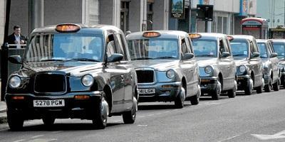 Taxistas de Londres se rebelan contra exministro que insultó a un conductor
