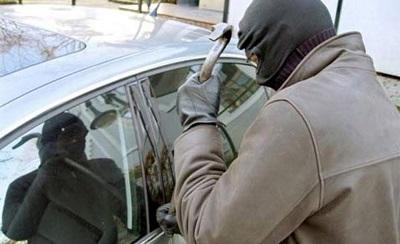 Delincuentes roban un vehículo en Manta