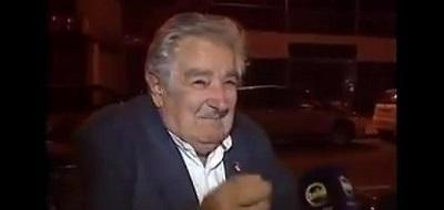 José Mujica le da limosna a un mendigo y revoluciona las redes sociales (VIDEO)