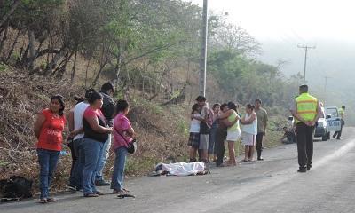 Hombre muere tras chocar su moto contra un bus