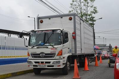 Camión con línea blanca fue asaltado en Santo Domingo de los Tsáchilas