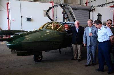 Ministro de Defensa Nacional entrega aviones a Uruguay