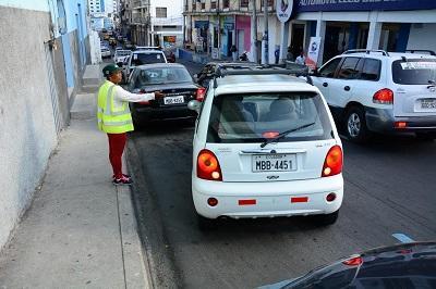 Regulan a cuidadores de carros en Manta