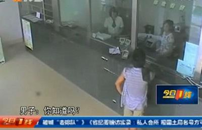 Video: Un chino intenta atracar un banco y el cajero le obliga a hacer cola