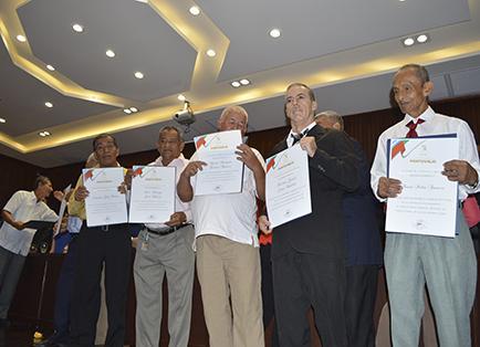 Servidores municipales jubilados con homenaje