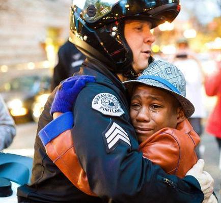 Foto de abrazo entre policía blanco y joven negro inunda las redes sociales