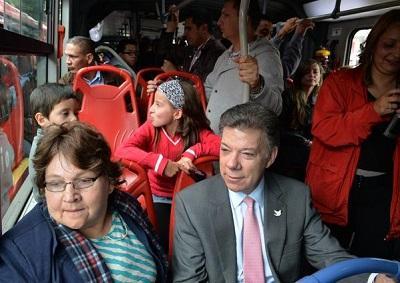 El presidente de Colombia viaja como un pasajero más en autobús público