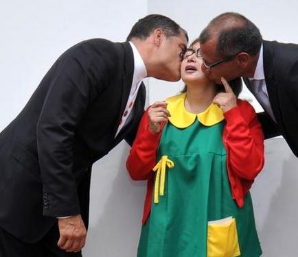 La Chilindrina recibió un beso del Presidente y Vicepresidente de Ecuador