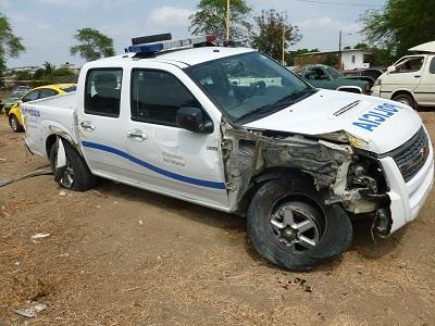Carro de la Policía se vuelca en la vía Rocafuerte-Riochico