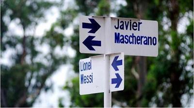 Bautizan las calles de un pueblo con nombres de futbolistas argentinos