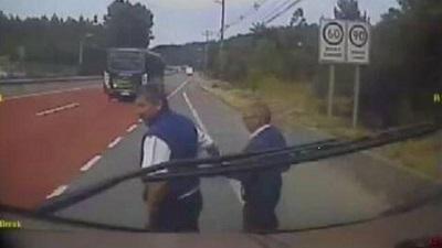 Conductor de bus se bajó para ayudar a cruzar la calle a un adulto mayor