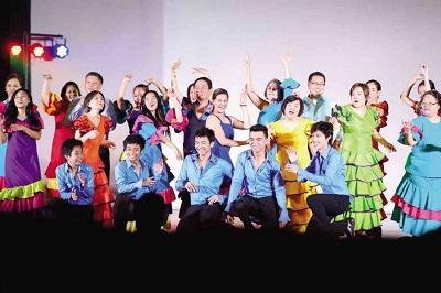 Sacerdotes cantan y bailan en musical sobre la vida del papa Francisco