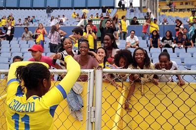 Ecuatorianos celebran primera clasificación del fútbol femenino a un Mundial