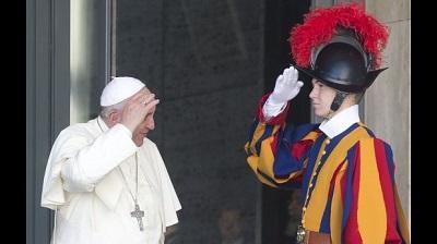 Papa Francisco despidió a comandante de la Guardia Suiza por autoritario