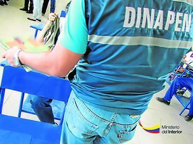 Policía realiza operativo antidrogas en colegio