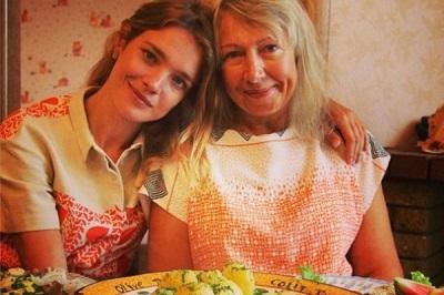 Madre de supermodelo se gana la vida vendiendo empanadas