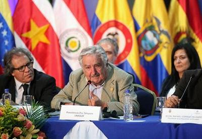 Ecuador condecora a José Mujica, presidente pro témpore de la Unasur