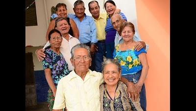 Adultos mayores se juran amor