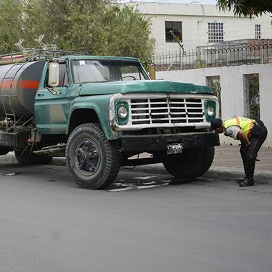 2 heridos en choque  de tanquero y moto