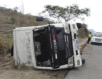 Dos vehículos se accidentan en la vía a Guayaquil