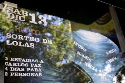 Discoteca ofrece sortear una operación de mamas y causa polémica