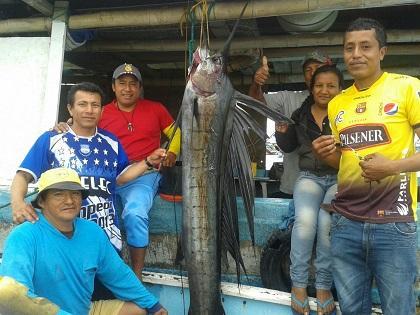 Capturan enorme pez picudo