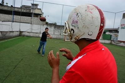 Hermanos buscan que en Santo Domingo se practique el fútbol americano