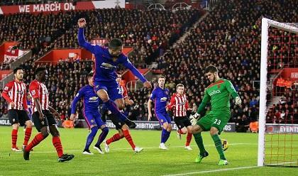 Manchester United venció 2-1 al Southampton con doblete de Van Persie
