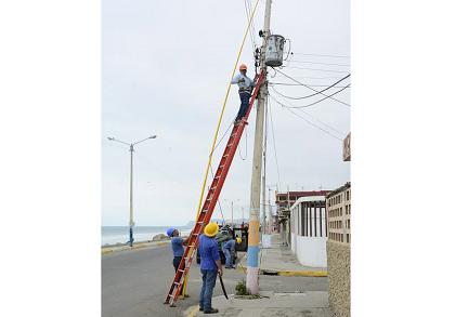 Cnel da mantenimiento a redes y transformadores en Crucita tras apagones