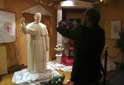 Crean una estatua del papa Francisco con chocolate blanco