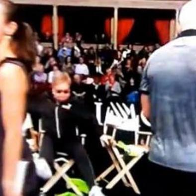 Elton se cae y se convierte en un fenómeno viral