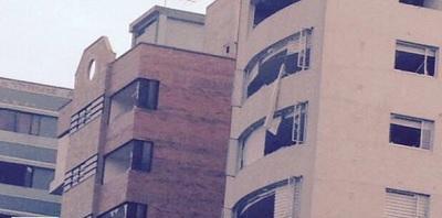Explosión en edificio deja tres personas heridas