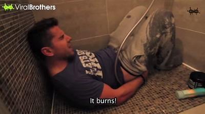 Mujer se vengó de su novio aplicando gas pimienta en el papel higiénico (Video)