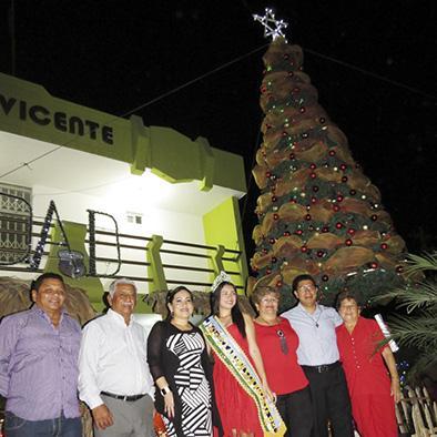 Encienden luces del árbol navideño