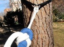 La ató a un árbol por no querer dormir con él